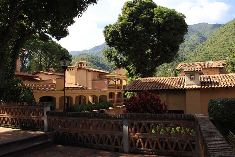 Terrazas techadas y bellos jardines